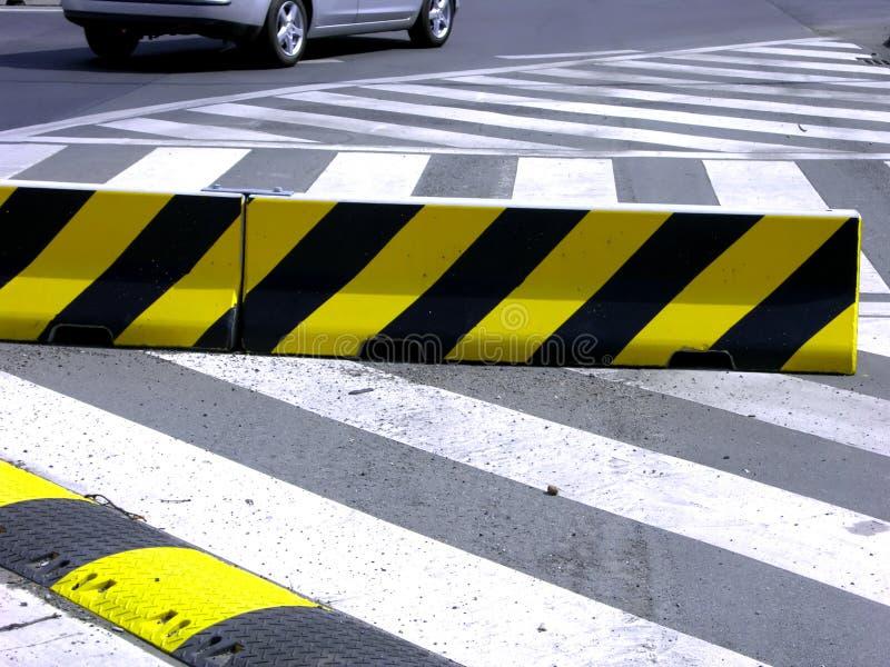 Gestreepte kruising en snelheid-buil op de straat royalty-vrije stock afbeeldingen