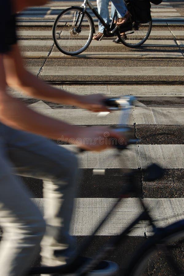 Gestreepte kruising met mensen het biking royalty-vrije stock foto's