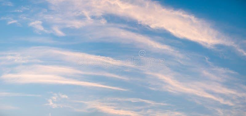 Gestreepte oranje wolken in hemel royalty-vrije stock foto
