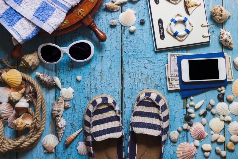 Gestreepte pantoffels, telefoon en maritieme decoratie op houten B royalty-vrije stock afbeeldingen