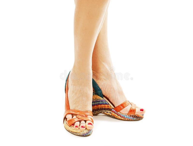 Gestreepte sandals op sexy benen stock afbeelding