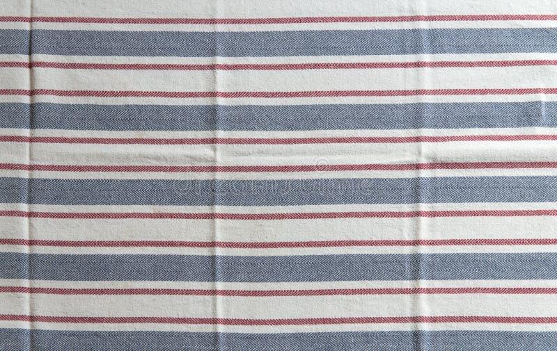Gestreepte witte keukenhanddoek met blauwe en rode Textuur royalty-vrije stock foto's