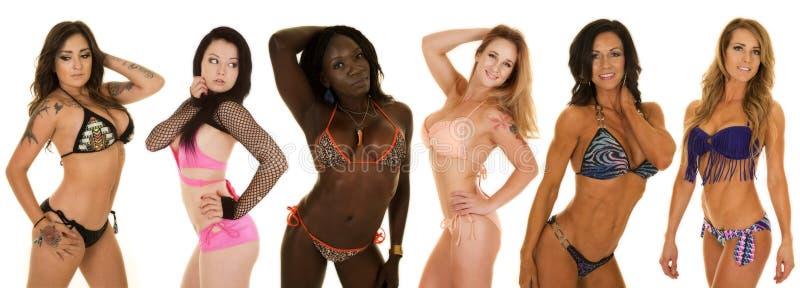 Gestreifte Bikinihand der Afroamerikanerfrau hinter Kopf lizenzfreies stockfoto