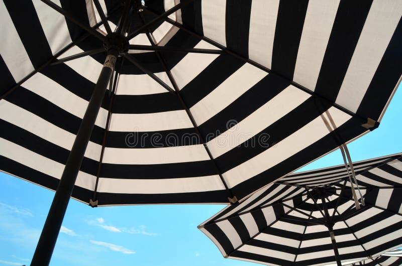 Gestreifte Regenschirme stockfotografie