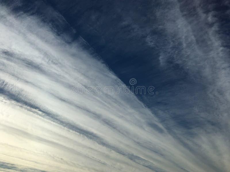 Gestreifter bewölkter Himmel stockfotos