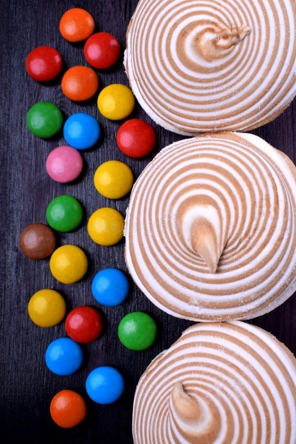 Gestreifter Zefir und mehrfarbige Bonbons lizenzfreies stockfoto