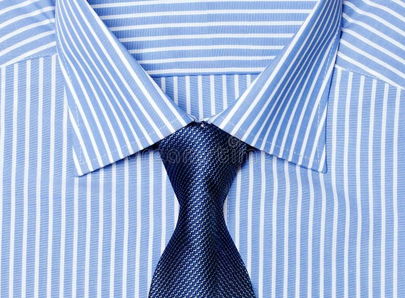 Gestreiftes blaues Hemd mit Bindung stockfotos