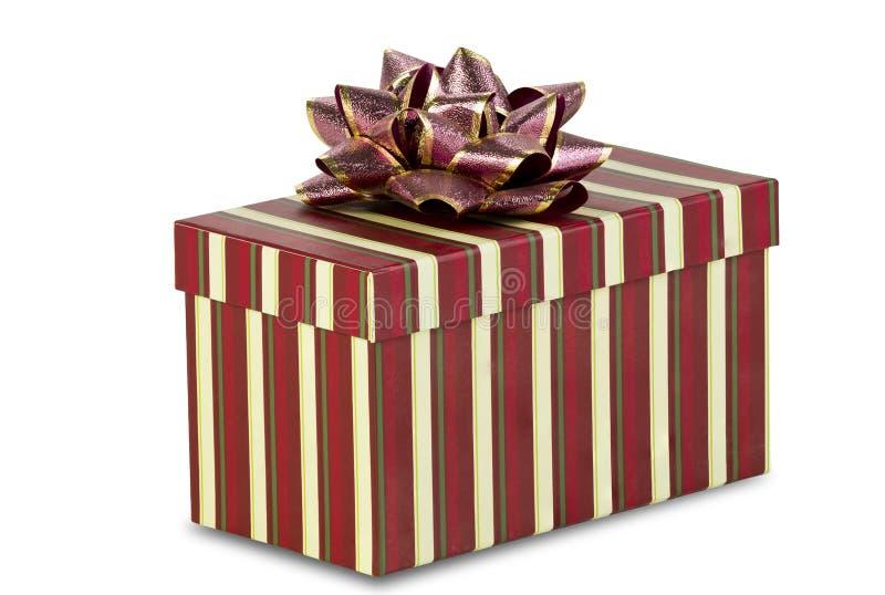 Gestreiftes Weihnachtsgeschenk auf weißem Hintergrund stockfoto