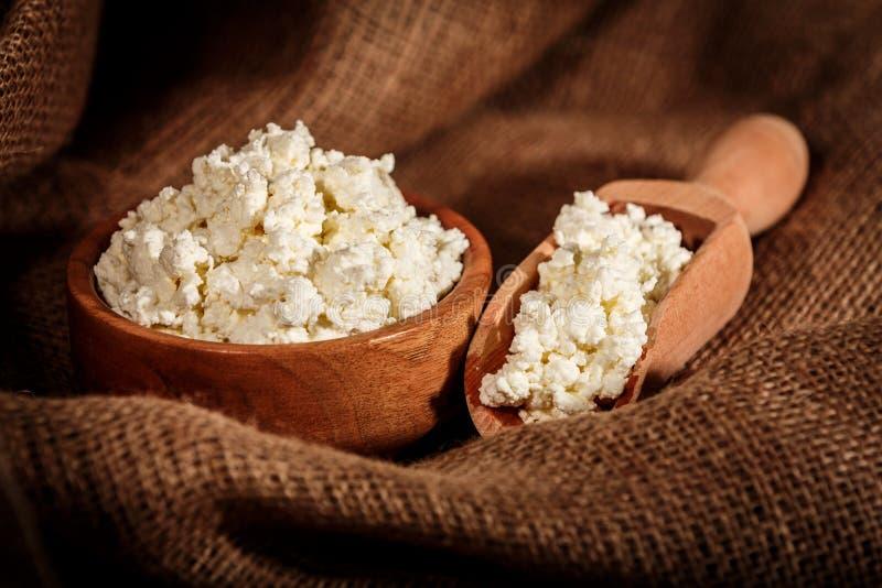 Download Gestremde Melk In Bruine Kom Stock Foto - Afbeelding bestaande uit keuken, calcium: 39112990