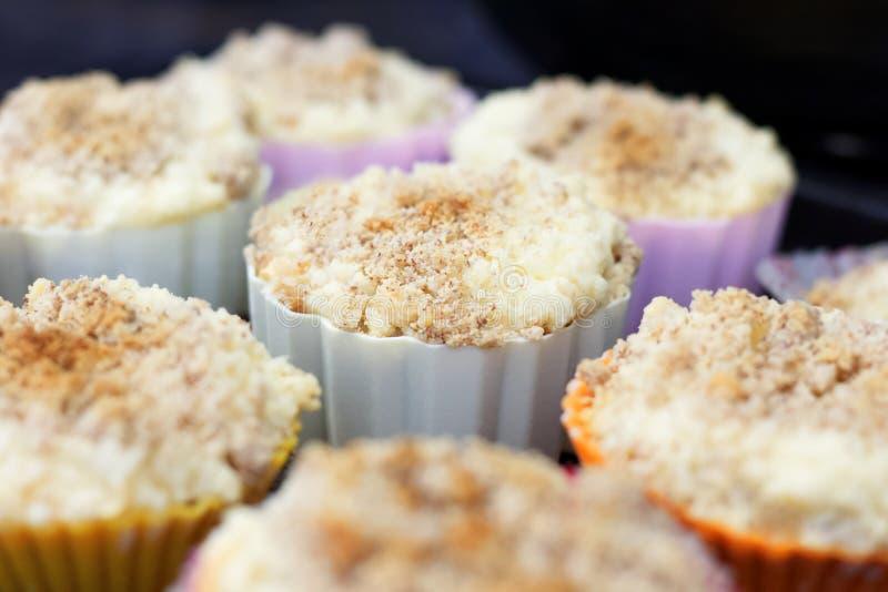 Gestremde melkmuffins in kleurrijk silicone bakeware stock afbeelding