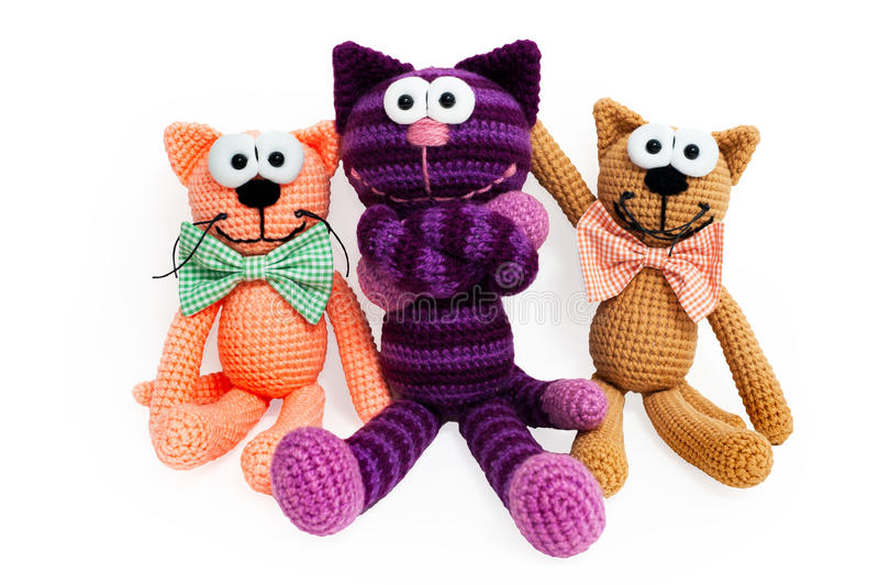 Gestrickte Spielwaren - gestreifte umfasste Katzen lizenzfreie stockfotos
