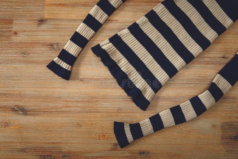 Gestrickte Strickjacke auf dem hölzernen Hintergrund Handgemacht; Stickerei Wirkerei und Strickerei stockfoto