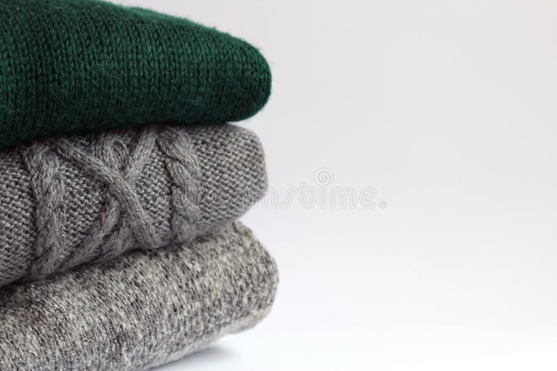 Gestrickte woolen Strickjacken auf einem hellen Hintergrund stockbild