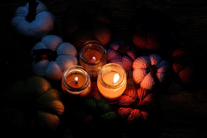 Gestrickter Kürbis mit Kerzen in der Nacht stockfotos
