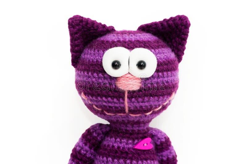 Gestricktes Spielzeug - gestreifte lächelnde Katze lizenzfreie stockfotos