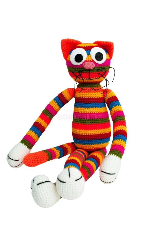 Gestricktes Spielzeug - gestreifte sitzende Katze stockfotografie