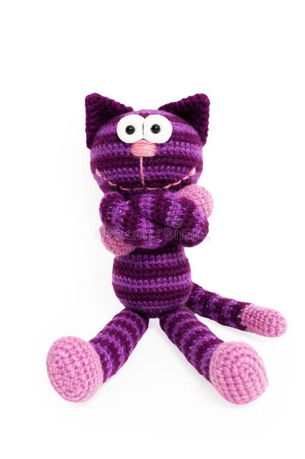 Gestricktes Spielzeug - gestreifte sitzende Katze stockfoto