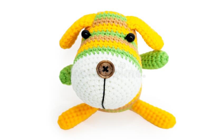 Gestricktes Spielzeug - gestreifter sitzender Hund lizenzfreies stockfoto
