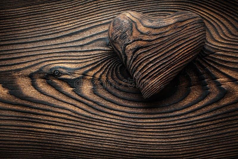Gestript uitstekend houten valentijnskaarthart stock foto's