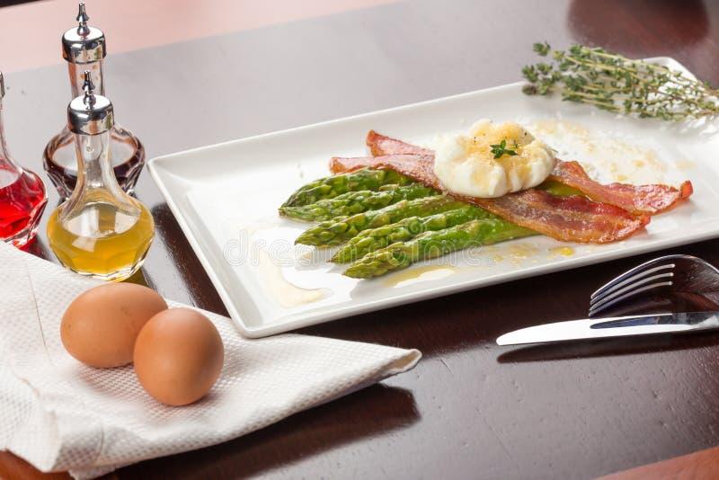 Gestroopte eieren met bacon stock afbeelding