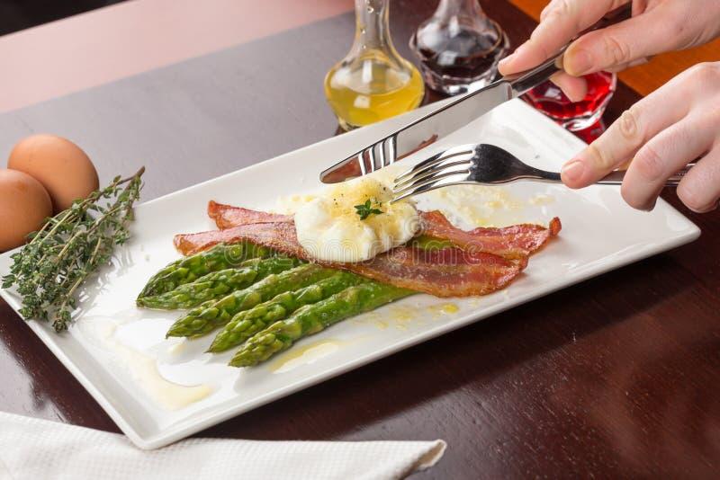 Gestroopte eieren met bacon en asperge stock foto's