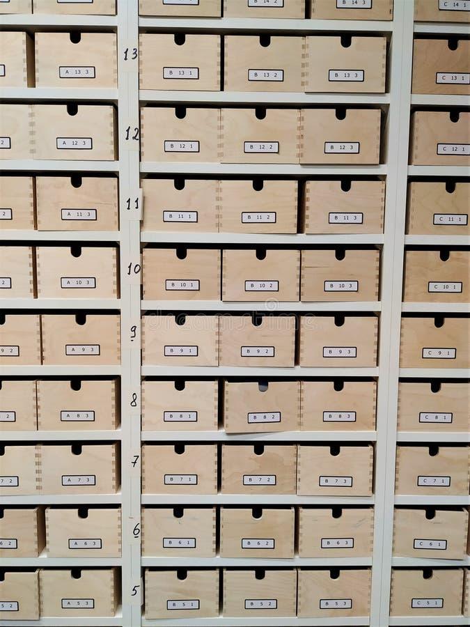 Gestructureerde folder van laden Het rek wordt gemaakt van houten die raad, door een individueel aantal wordt ondertekend stock foto's