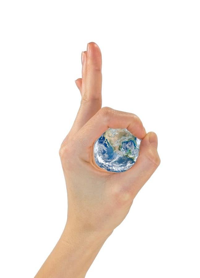 Gesture le mani okay ed il pianeta Terra nel centro NASA immagini stock