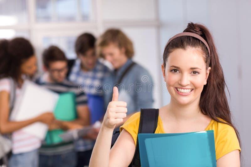 Gesturing αντίχειρες γυναικών σπουδαστών επάνω στο κολλέγιο στοκ φωτογραφία με δικαίωμα ελεύθερης χρήσης