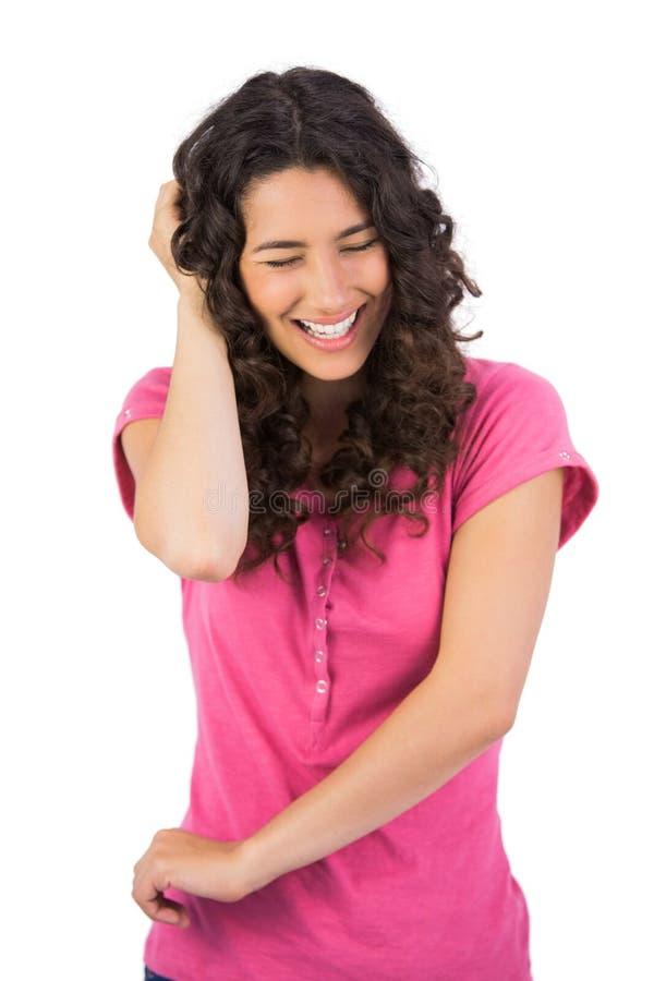 Gesturing dai capelli marrone di risata della donna fotografie stock libere da diritti
