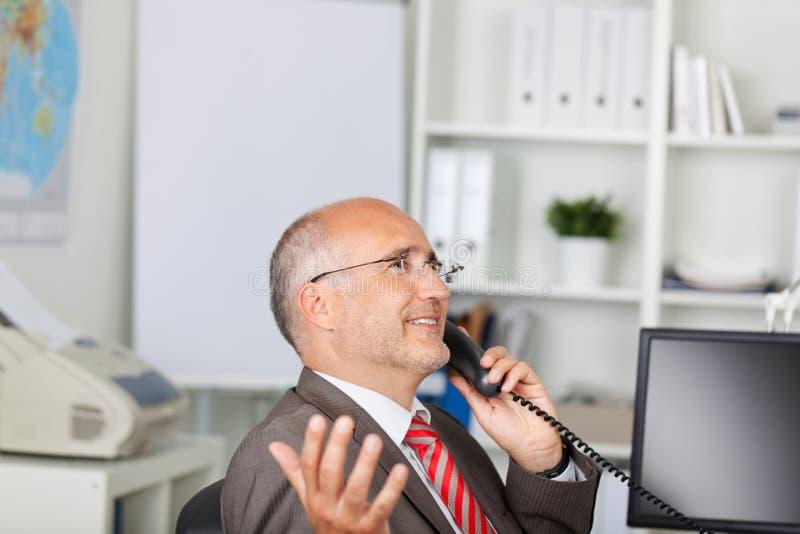 Gesturingszakenman die telefoon met behulp van royalty-vrije stock foto