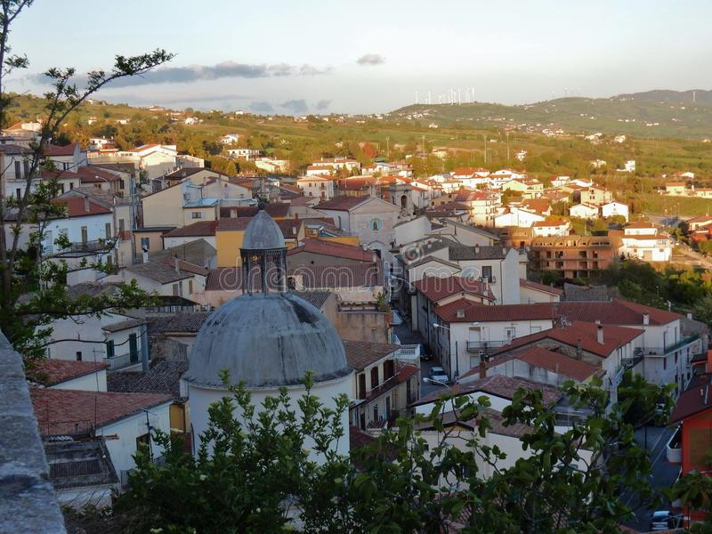 Gesualdo - panorama av byn arkivfoto