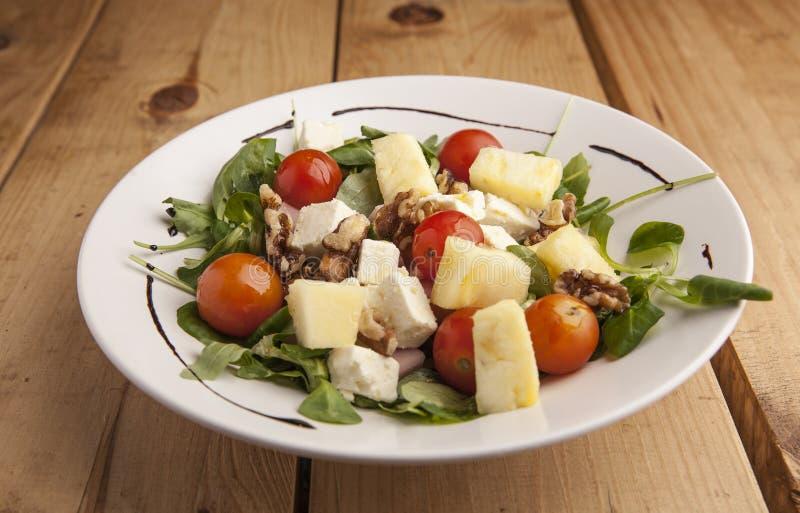Gesunde Ananas, Tomatenkirsche, Nüsse und Kanonsalat lizenzfreie stockfotos