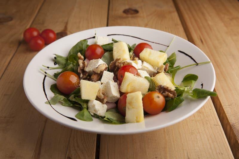 Gesunde Ananas, Tomatenkirsche, Nüsse und Kanonsalat lizenzfreie stockbilder
