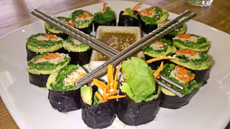 Gesunde Anlage basierte Gemüsesushi Rolls stockbilder