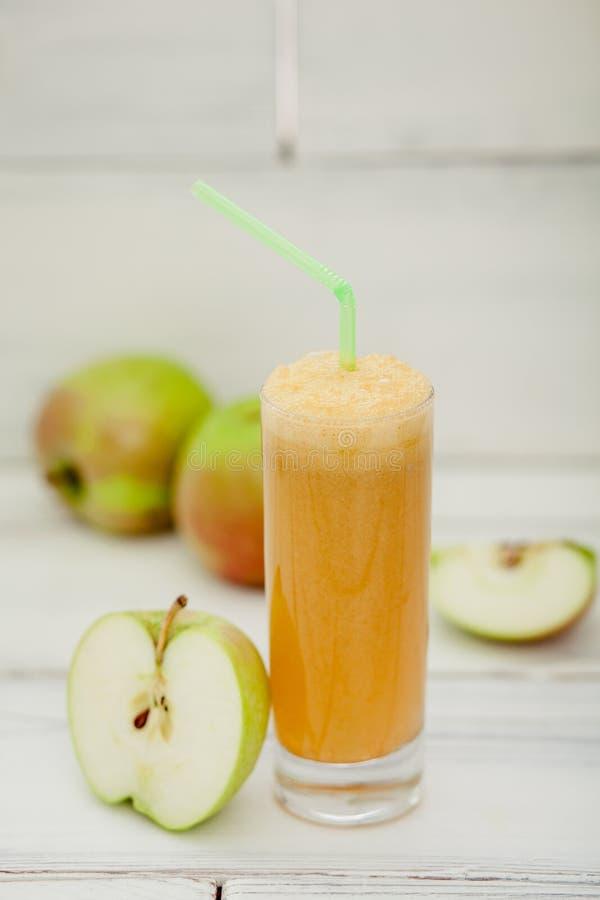 Gesunde Apfelsaftgetränke und Äpfelfrüchte lizenzfreie stockfotografie
