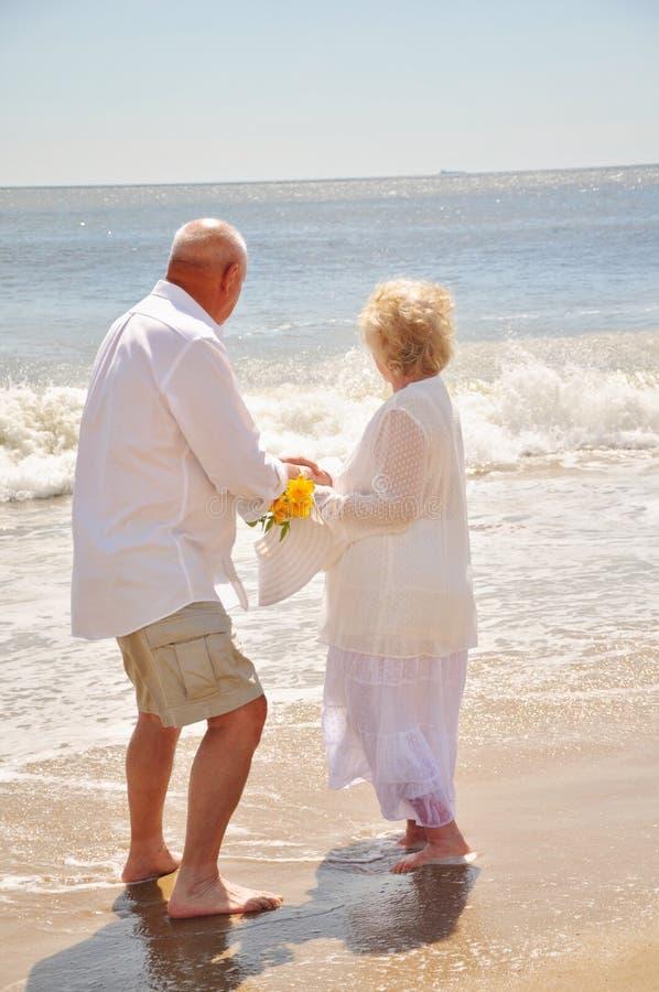 Gesunde attraktive Senioren auf dem Strand lizenzfreie stockfotografie