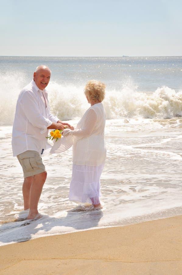 Gesunde attraktive Senioren auf dem Strand lizenzfreie stockbilder