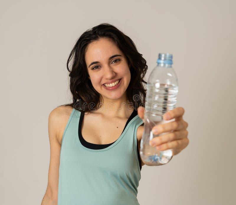 Gesunde attraktive Sportfrauenholding und Trinkwasserflasche im gesunden Lebensstilkonzept lizenzfreies stockfoto
