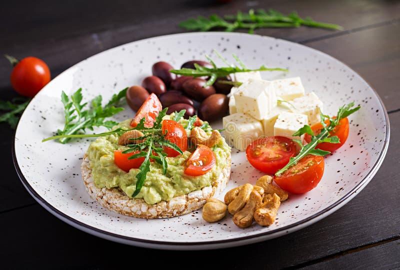 Gesunde Avocadotoast für Frühstück oder das Mittagessen, Guacamoleavocado, Kalamata-Oliven lizenzfreie stockfotografie