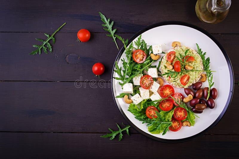 Gesunde Avocadotoast für Frühstück oder das Mittagessen, Guacamoleavocado, Kalamata-Oliven lizenzfreie stockfotos