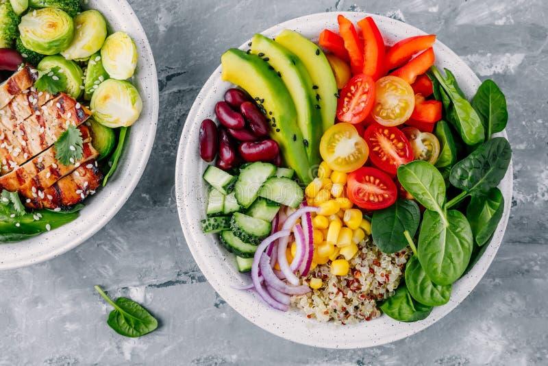 Gesunde Buddha-Schüssel Mittagessen des strengen Vegetariers Avocado, Quinoa, Tomate, Gurke, rote Bohnen, Spinat, rote Zwiebel un lizenzfreie stockbilder