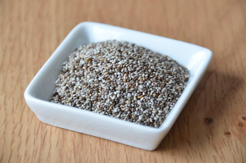 Gesunde chia Samen auf Weiß Rohe Nahrung Biologisches Lebensmittel stockfotografie