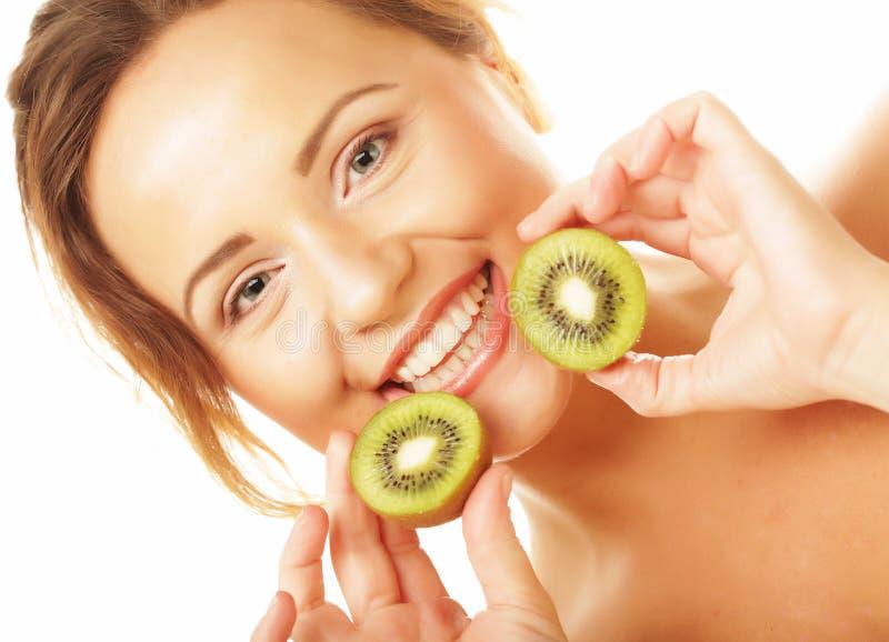 Gesunde Ernährung, Nahrung und Diätkonzept - bezaubernde junge Frau, die frische saftige Kiwi und Lächeln hält stockfoto