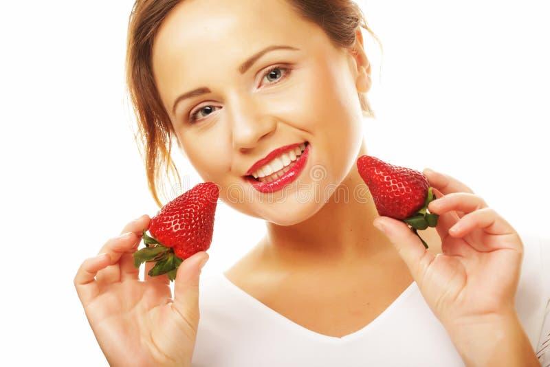 Gesunde Ernährung, Nahrung und Diätkonzept - junge schöne glückliche lächelnde Frau mit Erdbeere lizenzfreie stockfotografie