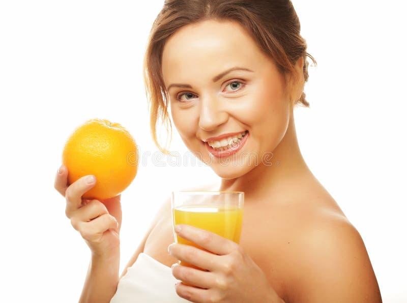 Gesunde Ernährung, Nahrung und Diätkonzept - Mädchen, das Orangensaft trinkt lizenzfreies stockbild