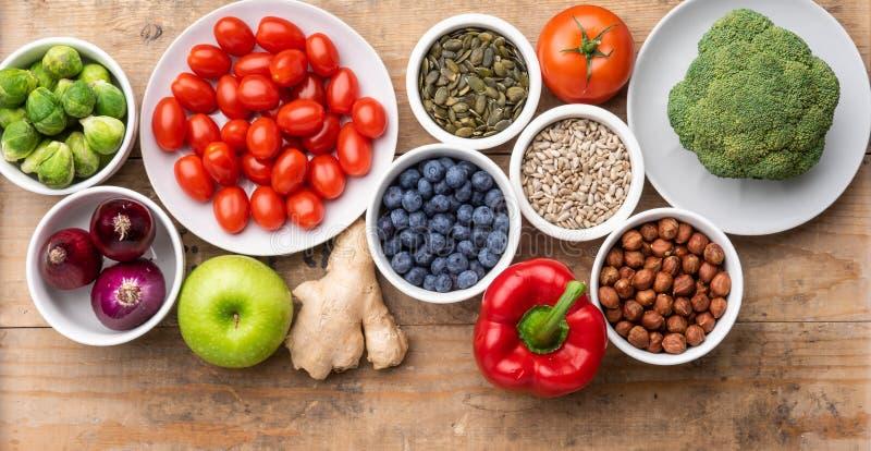 Gesunde Essstoffe: frisches Gemüse, Obst und Supernahrung Ernährung, Ernährung, veganisches Lebensmittelkonzept lizenzfreie stockfotos