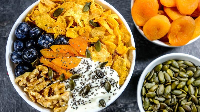 Gesunde Frühstücks-Schüssel-Getreide-Früchte und Nüsse lizenzfreies stockfoto