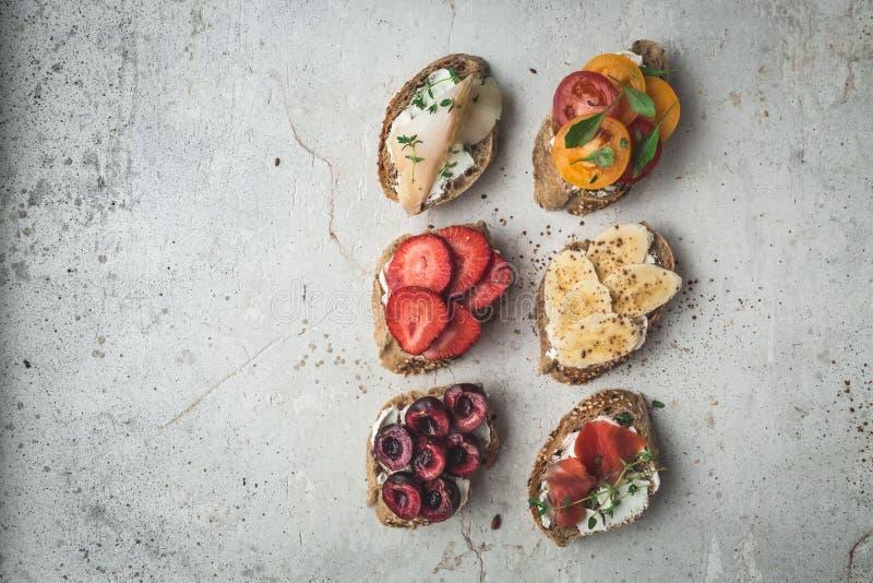 Gesunde Frühstücksc$flach-lage von Toast des strengen Vegetariers Sauberes Essenlebensmittelkonzept Beschneidungspfad eingeschlos stockbild