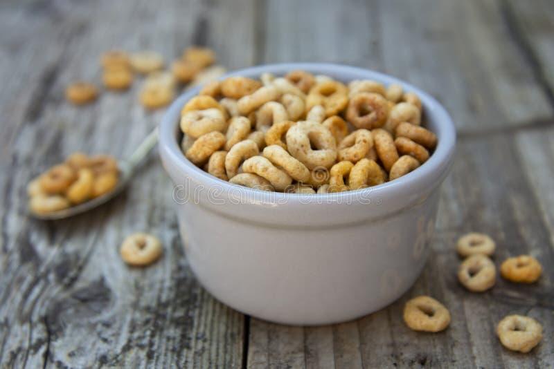 Gesunde Frühstückskost- aus Getreideringe in der Schüssel Guten Morgen Ein gesundes Frühstück trockenes muesli stockbild