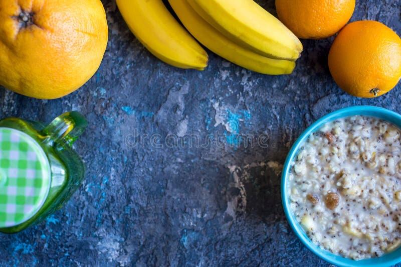 Gesunde Frühstücksschüssel Hafermehl mit Banane, Rosinen, Walnüsse, chia Samen stockfoto